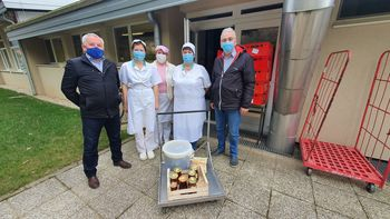 Čebelarji društva Dolomiti Polhov Gradec predali med osnovni šoli in vrtcu