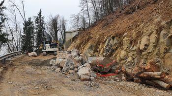 Urejanje opornih zidov ob cesti na Koreno