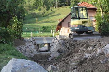 Rekonstrukciji propusta na cesti v Kajn dol tik pred zaključkom