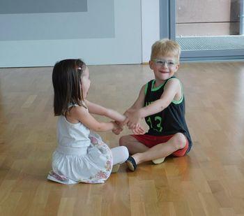 PLESNI MIX z osnovami gimnastike za predšolske otroke 3-4 leta