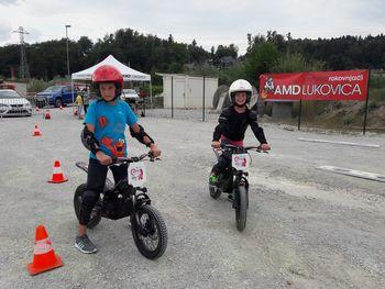 Otroci na e-Trial motorjih