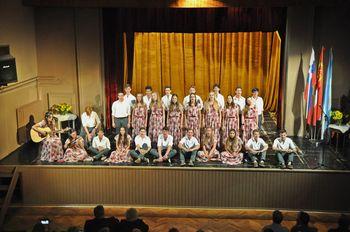 Slovenski šolarji iz Buones Airesa iz Argentine , ki šolanje na slovenski srednji šoli navdušili  logaško občinstvo