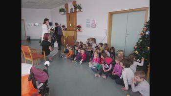 Otroci v Domu starejših Logatec polepšali praznike z igrico, petjem in krašenjem smrečice