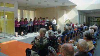 """""""Mladi po srcu"""" popestrili dan varovancem Doma starejših v Horjulu"""