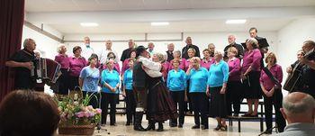 """Letni koncert pevske skupine """"Mladi po srcu"""" z gosti odlično uspel.  Dvorana v gasilskem domu na Logu nabito polna."""