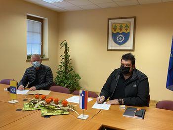 Podpis pogodbe za modernizacijo JP948121 ČADRAM-POKOPALIŠČE