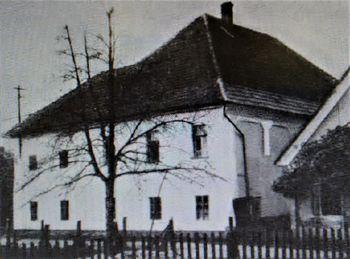 Litoželezni plošči članov družine Jelovšek pl. Fichtenau na novomeškem pokopališču v Ločni