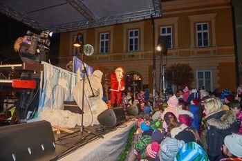 Obisk Božička, otroška predstava Janko in Metka in nastop skupine Dwajg