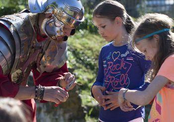 Počitniško varstvo otrok z razigrano zgodovino in razposajeno umetnostjo