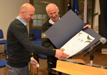 Tomaž Stržinar je prejel priznanje Mladina in gore