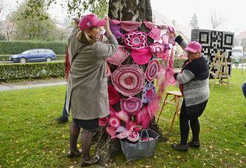 Rožnate pletenine tudi na Vrhniki