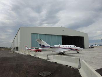 Na dunajskem letališču postavljena letalska hangarja proizvedena v Polhovem Gradcu