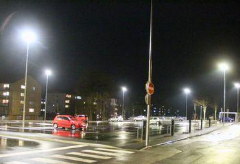 Parkirišče pri železniški postaji je osvetljeno