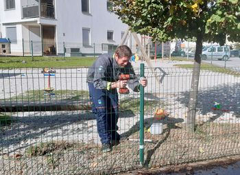 Popravljena ograja otroškega igrišča pri blokovskem naselju