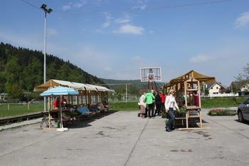 Obeta se pestra praznična tržnica z bazarjem