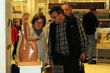 Knjižnica gosti lesene umetnine Janeza Pereniča