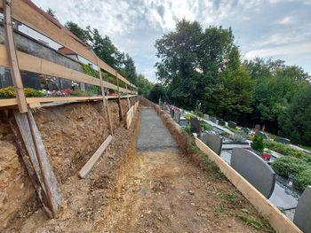 Na pokopališču Dragomer gradijo oporna zidova