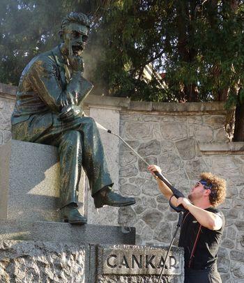 Gasilci očistili Cankarjev spomenik
