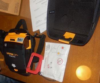 Temeljni postopek oživljanja z uporabo AED naprave (defibrilatorja)
