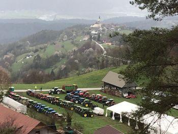 Blagoslov traktorjev in delovnih strojev na Polju pod Lisco