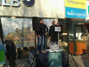 Žrebanje nagradne kartice veselja 2016 na božični tržnici v Sevnici
