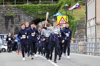 Slovenska bakla se je na svoji81 dnidolgi poti po Sloveniji v četrtek, 6. maja 2021, ustavila tudi v Občini Kanal ob Soči.