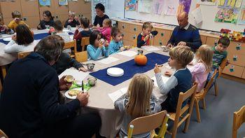 Kobariški otroci uživali v tradicionalnem zajtrku