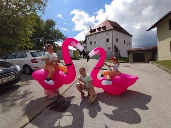 Vesela flaminga naznanjala konec počitnic