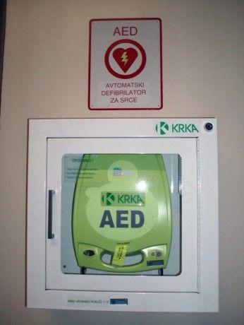 Prikaz temeljnega postopka oživljanja in uporabe defibrilatorja