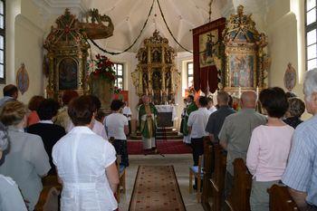 Nadškof Anton Stres blagoslovil obnovljene oltarje in nove klopi