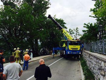 Nesreča ob jezeru - tovornjak prebil ograjo in skoraj končal v vodi