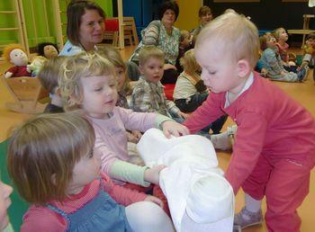 Otroci spoznavajo igrače nekoč in danes