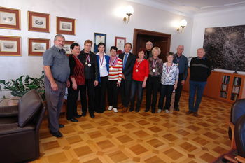 Športniki Društva upokojencev Slovenj Gradec sprejeti pri županu mestne občine Slovenj Gradec g. Andreju Času