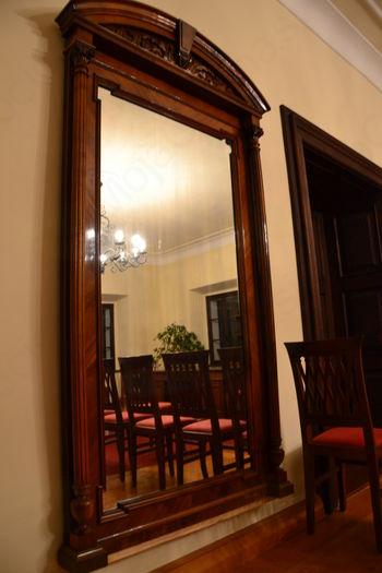 """""""Ogledalce, ogledalce na steni, povej, kdo še hrani grajsko pohištvo v deželi tej?"""""""