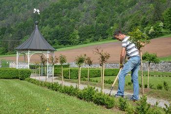Pomladansko urejanje grajskega parka