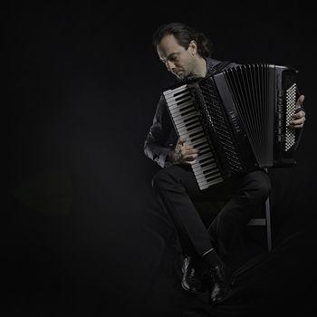 Karizmatični harmonikar Marko Hatlak prihaja v Tržiški muzej