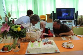 Čestitke 100-letnici Ivki Lovrič Petrič