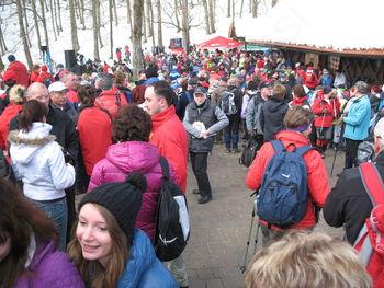 Kljub snegu na tisoče pohodnikov po Jurčičevi poti