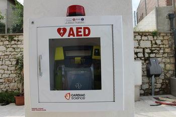 AVTOMATSKI EKSTERNI DEFIBRILATOR (AED) JE NOVA  PRIDOBITEV V MIRNU