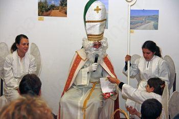 Sveti Miklavž med otroki na Popoldnevih na Gradu