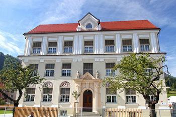 SLOVESNA OTVORITEV prenovljene okolice in dvorišča pred osnovno šolo