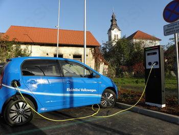 Na Igu polnilno mesto za električna vozila