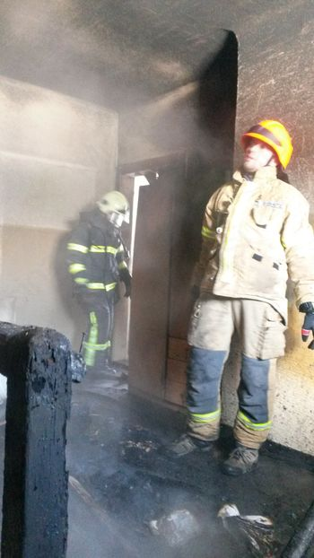 Pri sanaciji pogorelega ostrešja dobrodošle roke prostovoljcev