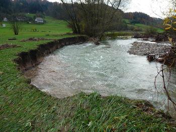 V tednu dni zaradi poplav večkrat zaprta regionalna cesta Dobrova – Polhov Gradec