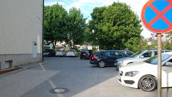 Kdo potrebuje parkirišče za grosupeljsko pošto?