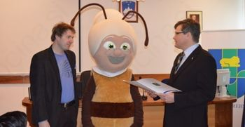 """Obisk čebelarjev v sklopu akcije ČZS """"Svetovni dan čebel združuje Slovence in povezuje svet"""""""