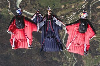 Testiranje oblek za letenje na bovškem nebu