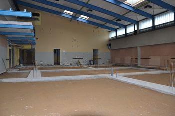 Kažejo se obrisi novih šolskih prostorov, ki nastajajo na temeljih stare telovadnice