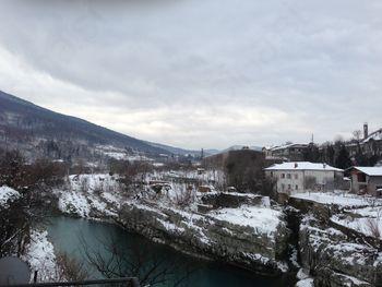 Na S Primorskem do meter snega
