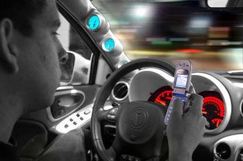 Uporaba mobilnega telefona med vožnjo